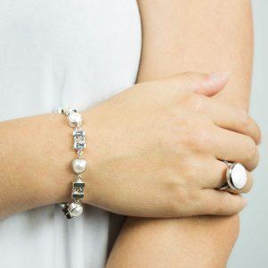 Model med armbånd af sterling sølv og hvide ferskvandsperler
